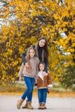 Retrato da família das irmãs no parque amarelo do outono Imagem de Stock