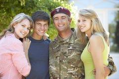 Retrato da família de Returning Home WithTeenage do soldado foto de stock royalty free