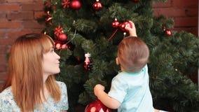 Retrato da família do Natal na sala de visitas home do feriado vídeos de arquivo