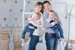 Retrato da família do paizinho feliz da mamã fotografia de stock
