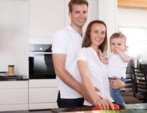 Retrato da família em casa fotografia de stock royalty free