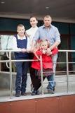 Retrato da família feliz com duas crianças fotos de stock royalty free