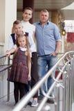 Retrato da família feliz com duas crianças imagens de stock royalty free