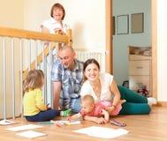 Retrato da família feliz de três gerações com bebê pequeno imagens de stock