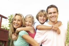 Retrato da família feliz no jardim imagem de stock royalty free