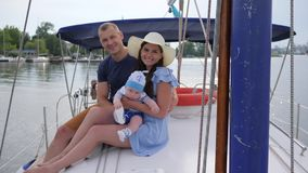 Retrato da família feliz que descansa no barco no lago, viagem da família no loch no barco de prazer, video estoque
