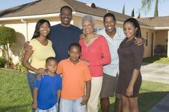 Retrato da família fora da casa fotografia de stock