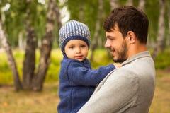 Retrato da família Jogo do pai com sua criança Pai que guarda uma criança em seus braços Estão felizes Passeio feliz da família e Foto de Stock