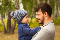 Retrato da família Jogo do pai com sua criança Pai que guarda uma criança em seus braços Estão felizes Passeio feliz da família e Fotografia de Stock