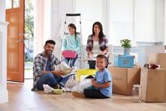 Retrato da família latino-americano que move-se na casa nova fotografia de stock