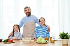 Retrato da família na cozinha moderna imagem de stock