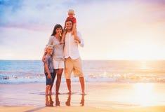 Retrato da família na praia no por do sol Foto de Stock