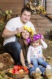 Retrato da família no feno Imagem de Stock