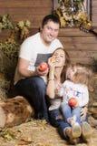 Retrato da família no feno Fotografia de Stock Royalty Free