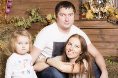 Retrato da família no feno Imagem de Stock Royalty Free