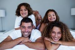Retrato da família que encontra-se sobre se imagens de stock royalty free