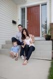 Retrato da família que senta-se em Front Of Their House Foto de Stock