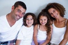 Retrato da família que senta-se junto na cama imagens de stock royalty free