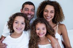 Retrato da família que senta-se junto na cama fotografia de stock royalty free