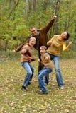 Retrato da fam?lia de quatro pessoas no parque fotos de stock royalty free