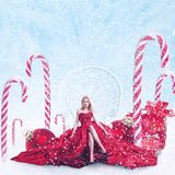 Retrato da fantasia do Natal da jovem mulher com caixas de presente imagem de stock royalty free