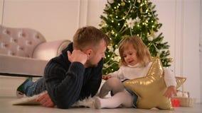 Retrato da filha de With Her Cute do pai Árvore e presentes de Natal no fundo Dia de pais Ano novo feliz video estoque