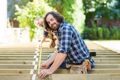 Retrato da fita de Measuring Wood With do carpinteiro fotografia de stock