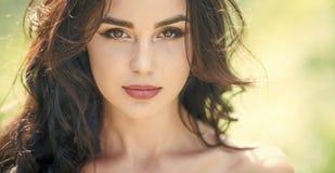 Retrato da forma Cara da menina com composição na pele nova na natureza Imagem de Stock