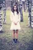 Retrato da forma da menina bonita no parque Mulher ao ar livre imagens de stock