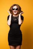 Retrato da forma da mola do estúdio, sunglasse da camiseta, vestido, emoções alegres felizes, dança de salto e sorriso, brilhante Fotos de Stock Royalty Free