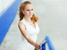 Retrato da forma da mulher dentro ao ar livre Imagem de Stock
