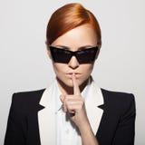 Retrato da forma da mulher séria vestido como um agente secreto imagens de stock royalty free