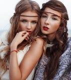 Retrato da forma de duas meninas da hippie fora Fotografia de Stock