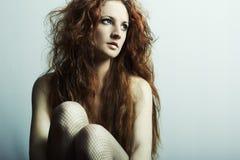 Retrato da forma de uma mulher bonita nova imagem de stock royalty free