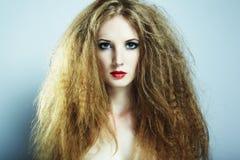 Retrato da forma de uma mulher bonita nova imagens de stock royalty free