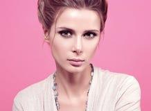 Retrato da forma do close up da jovem mulher bonita em uma blusa leve Imagem de Stock