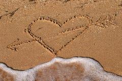 Retrato da forma do coração na praia foto de stock