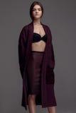 Retrato da forma do estúdio da mulher bonita de Yong no revestimento de Borgonha, s imagens de stock royalty free