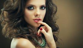 Retrato da forma do modelo bonito romântico da menina com o penteado encaracolado que veste a joia elegante Conceito da beleza imagens de stock royalty free