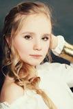 Retrato da forma do modelo de forma adolescente louro novo da menina Imagem de Stock