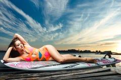 Retrato da forma: menina bonita com a placa de ressaca que enjoing Foto de Stock Royalty Free