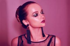 Retrato da forma da menina elegante nova na composição verde Fundo colorido, tiro do estúdio Mulher triguenha bonita Menina trigu foto de stock royalty free