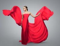 Retrato da forma da mulher bonita em acenar o vestido vermelho A tela clara voa no vento imagens de stock royalty free