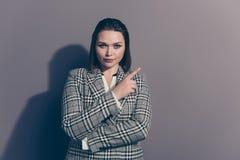 Retrato da foto do close up da senhora pensativa encantador séria segura do escritório que faz a escolha que aponta com dedo indi imagens de stock