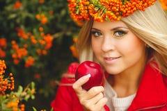 Retrato da grinalda bonita de sorriso da mulher das bagas em cores do outono Imagens de Stock