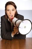 Retrato da gritaria da mulher de negócios através do megafone Foto de Stock Royalty Free