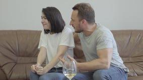 Retrato da gritaria irritada do homem em sua esposa em casa Problemas no relacionamento entre o homem e a mulher betrayal vídeos de arquivo