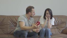 Retrato da gritaria irritada do homem em sua esposa que mostra seu telefone celular com mensagens de seu paramour em casa Problem vídeos de arquivo