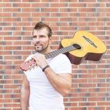 Retrato da guitarra do wuth do músico. foto de stock royalty free