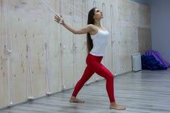 Retrato da ioga praticando da jovem mulher lindo interna Menina bonita que sorri durante a classe da prática Calma e para relaxar fotografia de stock royalty free